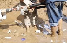 电工抢修在泥水中暴晒9小时 网友说:看着都心疼