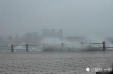 台风过境青岛掀滔天巨浪,游客冒险淡定拍照