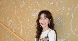被秦岚的新发型美到了,八字刘海搭配韩式小卷毛,38岁颜值太赞图片