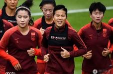 中国女足备战淘汰赛 众将心情好李影帅气