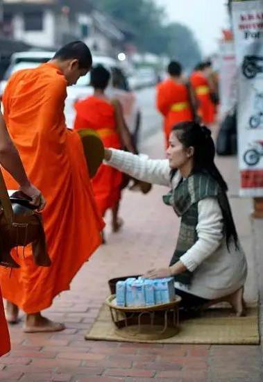老挝清晨布施 数百年风雨无阻