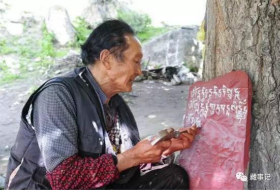 玛尼石刻艺人尕玛:把经文刻在石头上也是修行