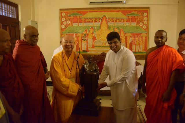 明生大和尚向佛牙寺捐赠法显大师铜像