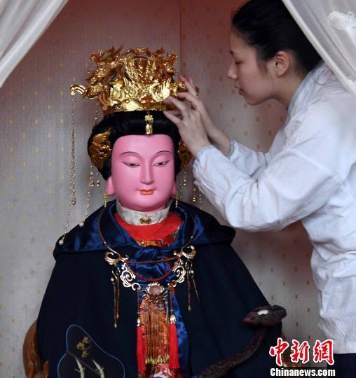 妈祖诞辰:福州天后宫举行法会为妈祖供奉鎏金凤冠