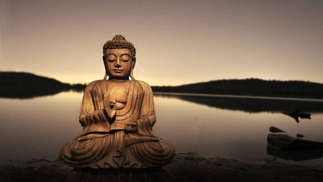 坐禅(资料图) 文:虚云长老 用功的法门虽多,诸佛祖师皆以参禅为无上妙门。楞严会上佛敕文殊菩萨拣选圆通,以观音菩萨的耳根圆通为最第一。我们要反闻闻自性,就是参禅。这里是禅堂,也应该讲参禅这一法。 一、 坐禅须知 平常日用,皆在道中行,那里不是道场,本用不着什么禅堂,也不是坐才是禅的。所谓禅堂,所谓坐禅,不过为我等末世障深慧浅的众生而设。 坐禅要晓得善调养身心。若不善调,小则害病,大则着魔,实在可惜。禅堂的行香坐香,用意就在调身心。此外调身心的方法还多,今择要略说。 跏趺坐时,宜顺着自然正坐,不可将腰作意