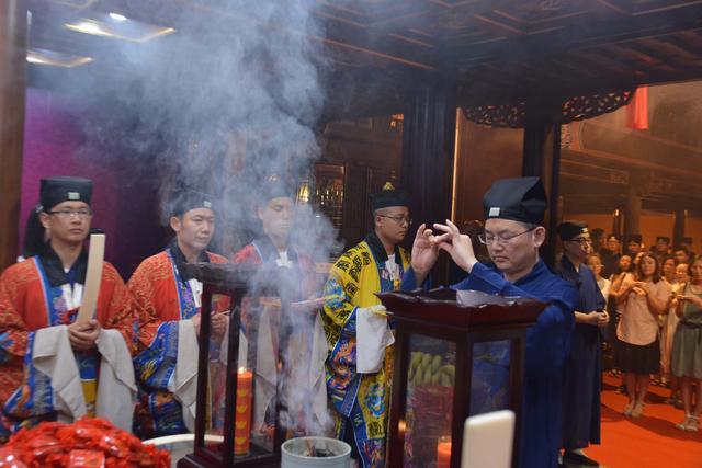 """上海城隍庙举行""""拜月老 求姻缘""""祈福法会"""