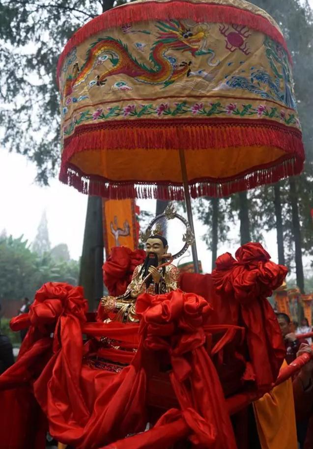 青城山举办纪念傅圆天大师登真二十周年巡游活动