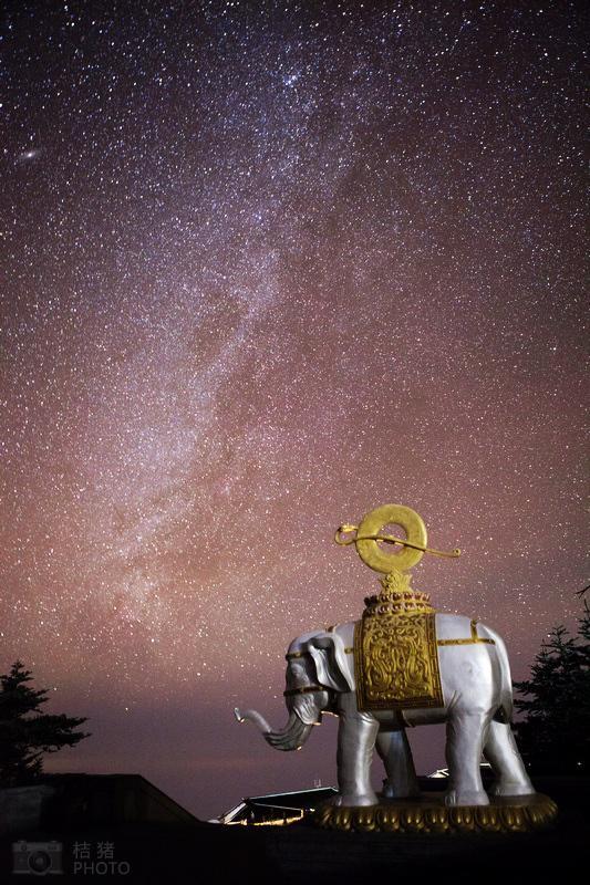 在峨眉山金顶仰望星空 触摸银河