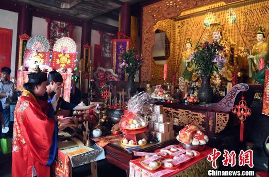 妈祖诞辰:福州天后宫举行法会为妈祖供奉鎏金冠
