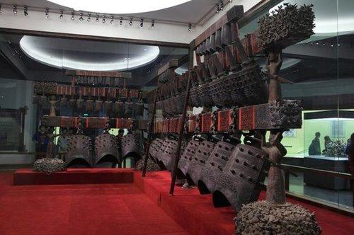 曾侯乙编钟为战国早期文物,由六十五件青铜编钟组成的庞大乐器,其