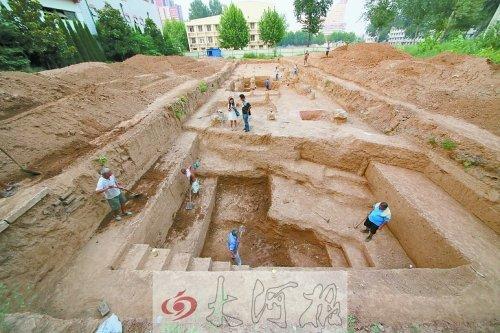 身处洛阳理工学院附中内的考古现场-洛阳挖出东周王城西城墙遗址