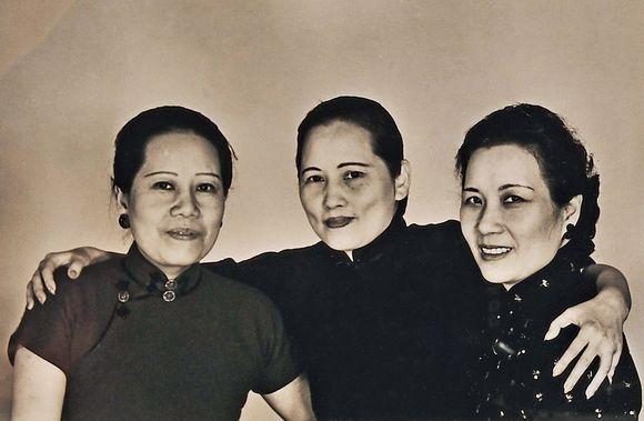 宋氏三姐妹简介三姐妹的父亲是宋耀如,母亲是倪桂珍.图片