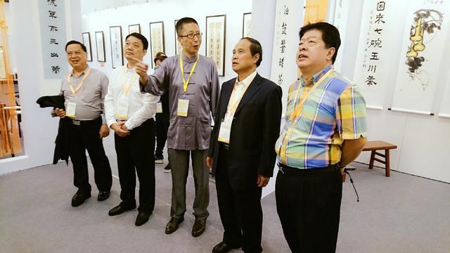 策展人李之柔陪同香港茶文化学者、专家观展