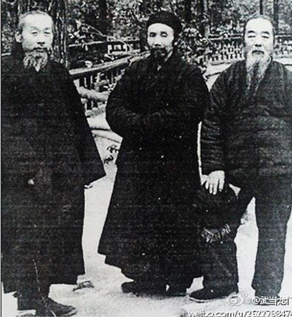 青城山常道观方丈易心瑩道长(左)成都二仙庵方丈周叔夜道长(中)著名历史学家蒙文通