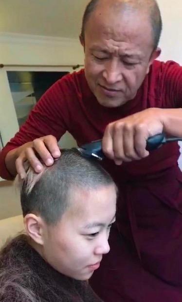 从窦靖童剃头谈谁有资格可以给人剃度