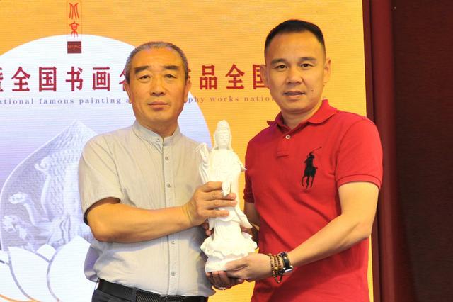 瓷艺大师向北京民俗博物馆捐赠白瓷观音像