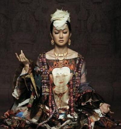 萨顶顶穿佛像衣服遭批 佛教形象必须恭敬