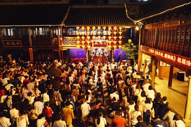 """上海城隍庙举行""""拜月老·顺姻缘""""祈福法会"""