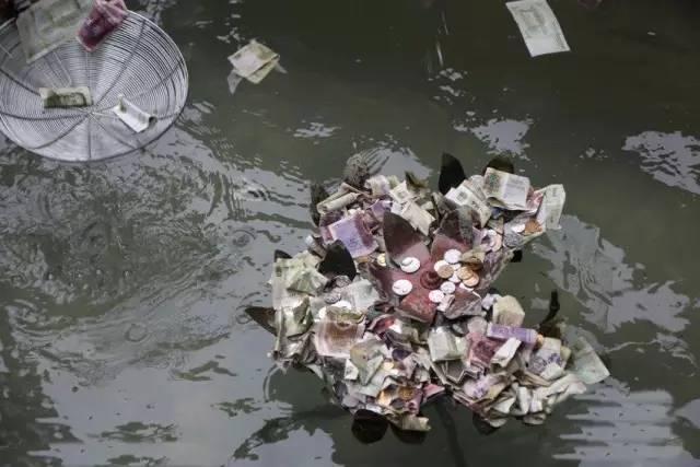 【法眼看世间】撒钱 扔硬币祈福就能讨好运?