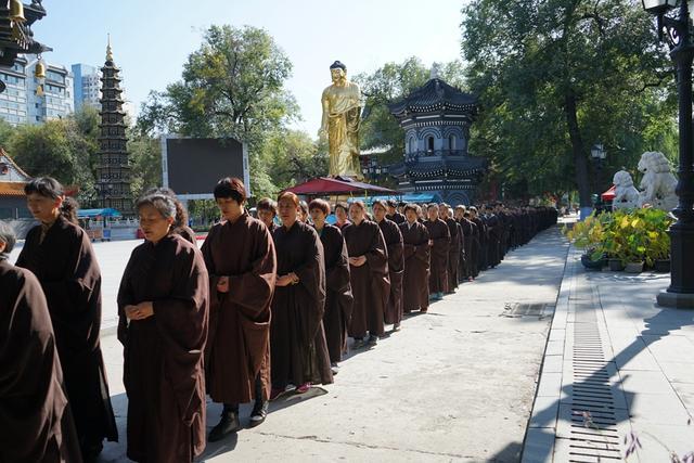 哈尔滨极乐寺传授八关斋戒 共同种下佛国缘