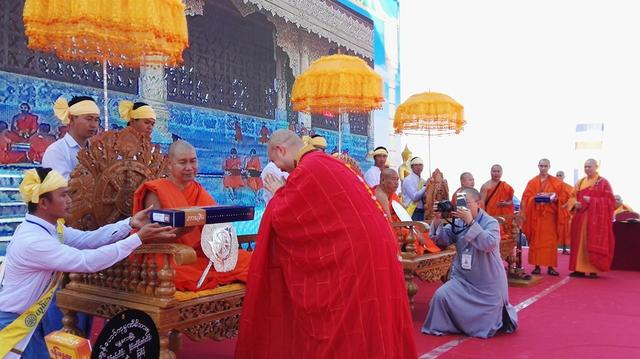 中佛协南传佛教福慧袈裟暨福慧书屋捐赠仪式在德宏州隆重举行