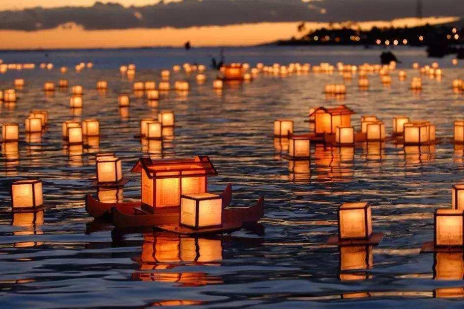 中元节:点一盏河灯,寄一片哀思