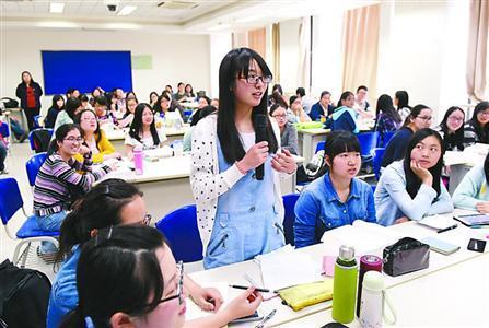 学生在课堂上发表自己对模拟病人诊断的观点。