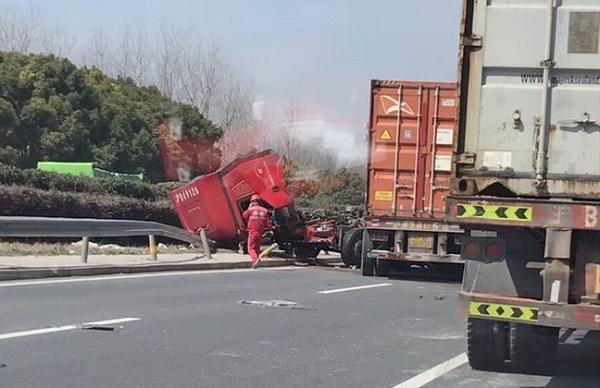 """""""巨无霸""""相撞 绕城高速发生车祸致两人受伤"""