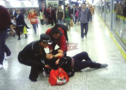 女子晕倒在地铁站台上 下班医生伸出援手急救