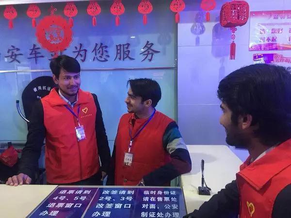 """春运路上的留学生身影 在志愿服务中感受""""中国年"""""""