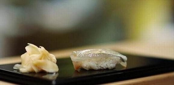 吃寿司的顺序 吃寿司吃的是鱼肉的新鲜,吃的是原味,所以点菜的顺序,吃寿司的顺序,是有一套讲究的。先浓后淡,先生后熟,先清后油。 专业吃寿司的顺序应该是: 1,鲷鱼或是比目鱼等白肉鱼。 2,亮皮鱼,比如小鳍。 3,鲔鱼红肉。 4,浓味的海胆、鲑鱼卵、鲭鱼肚腩。 5,最后是手卷等紫菜卷和蛋。 寿司进食顺序的原理就在味蕾刺激的进阶上;徐徐上升,才能享受到多种美味。