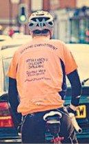 履历穿上身 英男子踏单车求职?