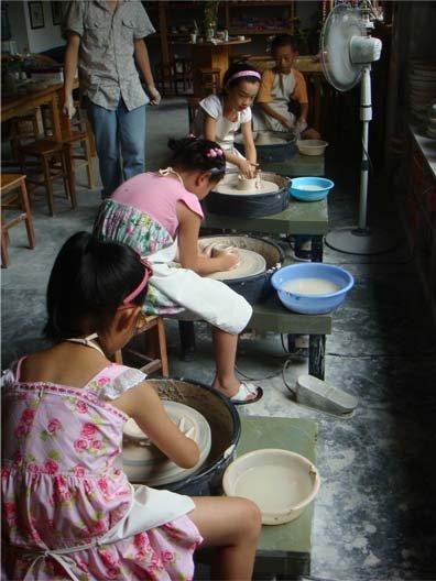 小朋友们制作陶瓷。