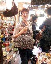 英国人Helen与她的包包重逢了。