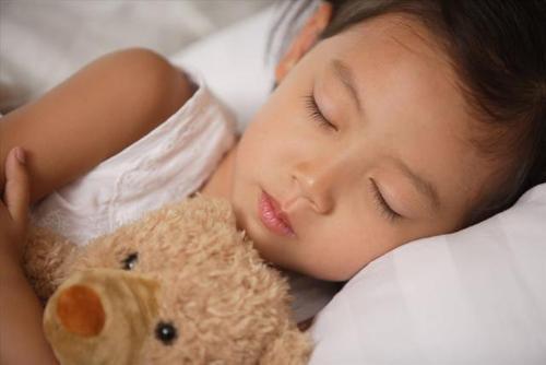 孩子跟谁睡 竟决定他一生的性格!
