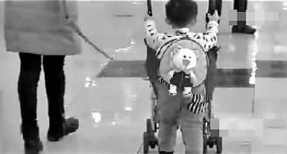 夫妻担心孩子走丢用绳拴孩逛商场引争议