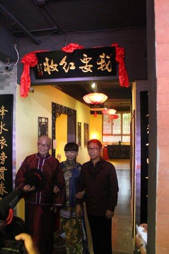 袁岳先生(左)、胡简女士(中)、陈荣先生(右)共同为乔迁庆典揭幕