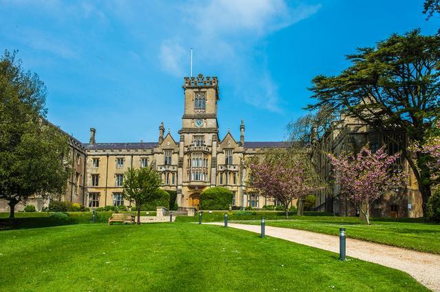 英国国王伍德公学的多元化、全素质教育