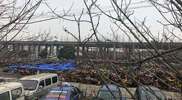 废弃电瓶车自燃?沪一停车场起火大量共享单车被毁