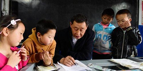村小仅剩1师4生 老师盼学生回来上学