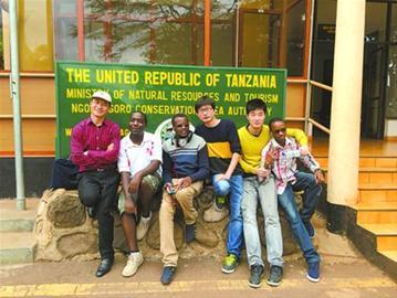 王风斋(右三)的创业团队在坦桑尼亚。
