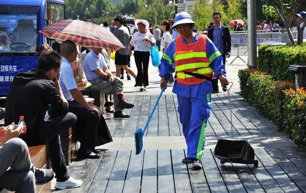 沪国庆出动环卫工23万余人次 日均清扫垃圾近两千吨