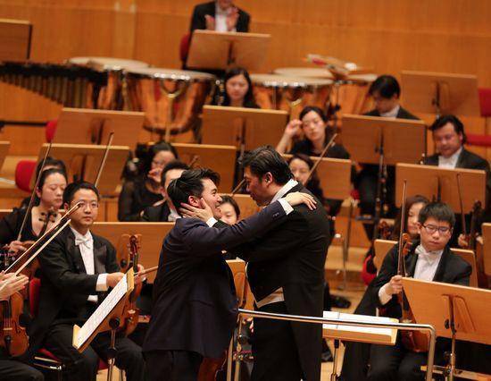 小提琴独奏家陈锐与上交一起完成了此次的欧洲巡演。图为陈锐(前左)与上交指挥余隆(前右)在演出现场。 首次大规模欧洲巡演落幕 进入欧洲主流剧院音乐季 以往国内院团亮相欧美大多采取租赁场地、包邀观众的形式,而此次上交完全通过职业化国际经纪公司运作,演出被纳入所在剧院的音乐季,这在国内乐团走出去的道路上走在了前列。 当地时间24日晚,上海交响乐团首次大规模的欧洲巡演在德国2000座的科隆爱乐大厅画上圆满句号。 今年1月13日至24日,上海交响乐团92人的乐队在音乐总监余隆的执棒下,12天辗转欧洲7座城市,分