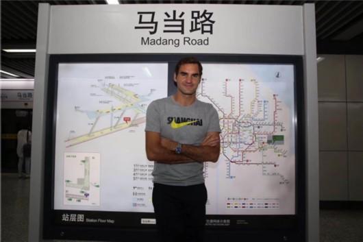 费德勒现身上海地铁站 天王也想体验上海市民生活