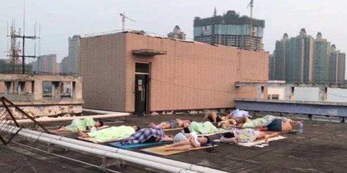 寝室像蒸笼,留校学生到天台打地铺