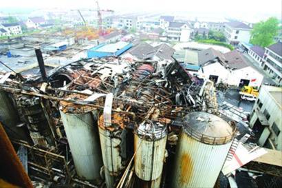 破拆并起吊坍塌厂房的钢结构,搜寻坍塌物下方是否有人员被困.