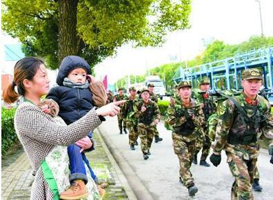 武警上海总队官兵崇明岛拉练 徒步行军150公里