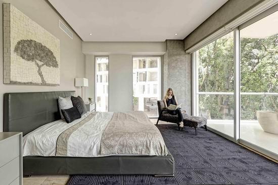 角,床头的一幅素描写意画,点缀 成为卧室的点睛之笔.房间一角临