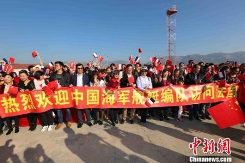 """中国留学生在法国登上""""扬州舰"""":祖国是我们后盾"""