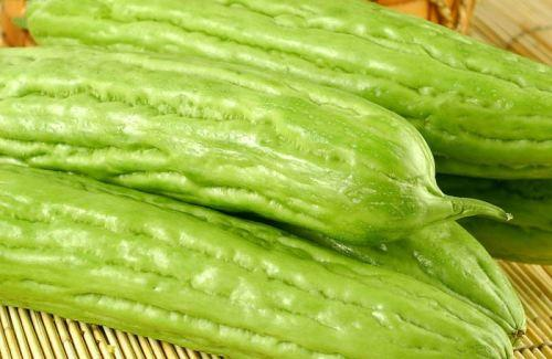 苦瓜,这种蔬菜就像它的名字一样,味道特别的苦,但是它是降火的能手.